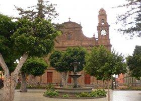 Plaza Santiago и церковь
