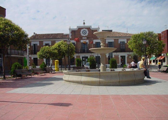 Plaza con fuente y Ayuntamiento